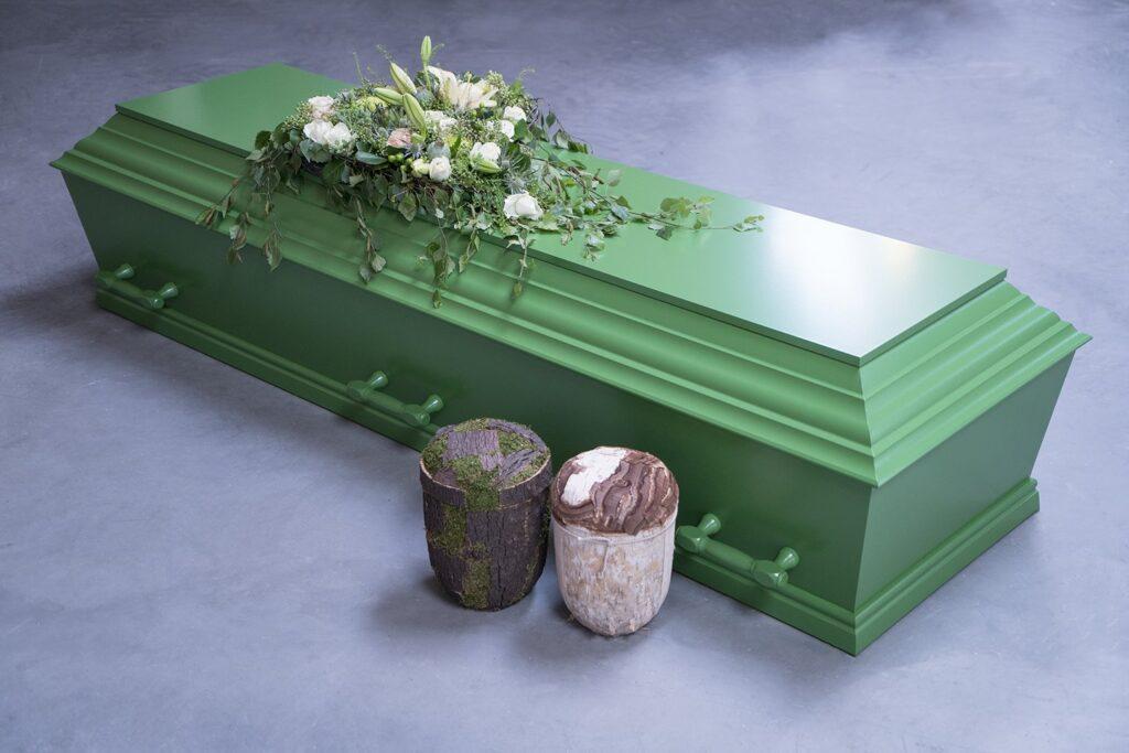 fuglebjergkistefabrik Grøn flex kiste med 6 greb. Her ses vores birk og bark urne sammen med